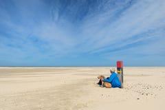 Manen med förföljer på stranden Royaltyfria Foton