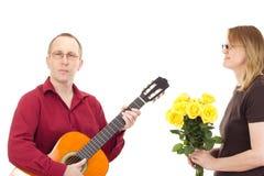 Leka gitarr för man Royaltyfri Fotografi