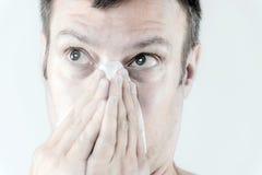 Manen med influensa nysar Royaltyfri Bild