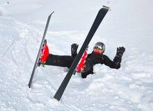 Manen med skidar på snowen arkivbilder