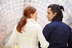 Manen och kvinnan ser en each annat Royaltyfri Fotografi