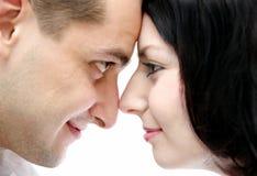 Manen och kvinnan ser varje annan Royaltyfria Bilder
