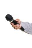 Manen räcker den hållande mikrofonen Royaltyfri Foto