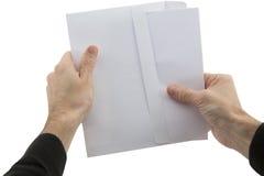 Manen räcker det hållande kuvertet med pappers- Royaltyfri Foto