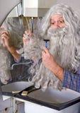 Manen rakar hans vänder mot Arkivbild