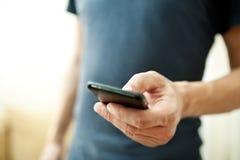 Manen som använder den smart mobilen, ringer