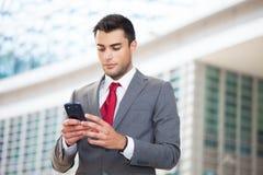 Manen som använder hans mobil, ringer royaltyfri fotografi