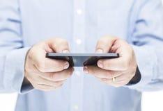 Manen som använder mobil, ringer Arkivfoto