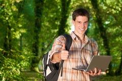 Manen som använder mobil, ringer utomhus Arkivbild