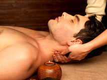 Manen som den har, hånglar massage i brunnsortsalongen Royaltyfri Bild