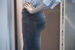Manequim com calças de ganga na mostra da loja da forma das mulheres Fotografia de Stock Royalty Free