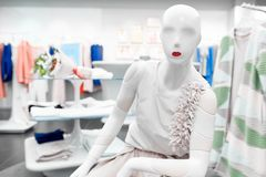 Manequim da mulher branca com os bordos vermelhos na loja de roupa imagens de stock royalty free