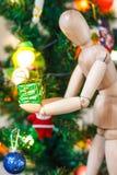Manequim de madeira que decora a árvore do Xmas Fotografia de Stock Royalty Free