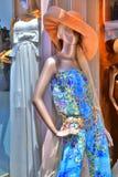 Manequim do manequim na frente de um boutique Fotos de Stock Royalty Free