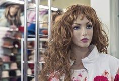 Manequim fêmea em uma loja de roupa Equipamento de troca - manequim plástico fêmea fotos de stock royalty free