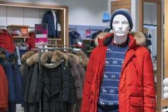 Manequim masculino em um revestimento vermelho do inverno e em um chapéu feito malha fotografia de stock
