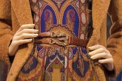 Manequim na roupa de forma com mãos na cintura Imagens de Stock Royalty Free