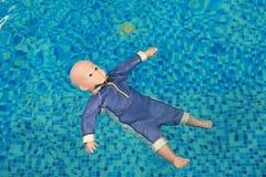 Manequim que afoga o flutuador de formação da boneca na associação imagem de stock royalty free