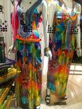 Manequin et réflexion se sont habillés dans l'usage coloré de soirée-croisière de Camilla dans les boutiques de robes dans l'Aust Images stock