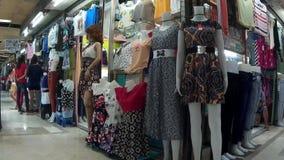 Manequins che fronteggia il grande magazzino dell'abito per attirare compratore stock footage