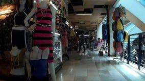 Manequins che fronteggia il grande magazzino dell'abito per attirare compratore video d archivio