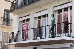 Manequins coloridos estranhos no balcão em St Tropez fotografia de stock