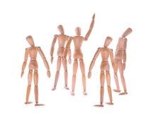 Manequins de madeira mostrar e alguns um que olham acima fotos de stock royalty free
