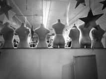 Manequins desencapados na janela da montra imagem de stock