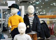 Manequins do bebê com roupa Equipamento comercial em lojas de roupa fotografia de stock royalty free