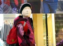 Manequins do bebê com roupa Equipamento comercial em lojas de roupa imagens de stock royalty free