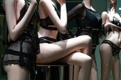 Manequins na janela da loja da roupa interior imagem de stock royalty free