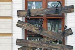 Manequins pretos articulados de madeira em uma janela embarcada Imagem de Stock