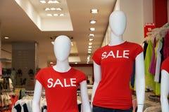 Manequins que anunciam a liquidação total do verão Fotografia de Stock Royalty Free