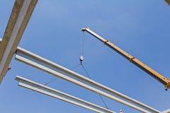 Manera acrobática de vigueta concreta de la asamblea que coloca el braguero en b foto de archivo