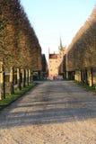 Manera al castillo de Egeskov en la isla de Fionia, Dinamarca fotografía de archivo