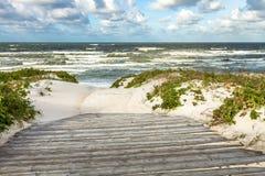 Manera al mar a través de las dunas de arena fotografía de archivo libre de regalías