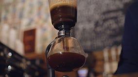 Manera alternativa de hacer el café en 4K almacen de video
