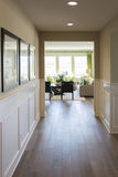 Manera casera de la entrada con los pisos y el Wainscoting de madera Imágenes de archivo libres de regalías