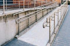 Manera concreta de la rampa con la barandilla del acero inoxidable Fotografía de archivo