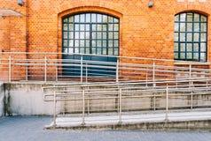 Manera concreta de la rampa con la barandilla del acero inoxidable Fotografía de archivo libre de regalías