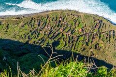 Manera de cable en la opinión de Madeira de una luz brillante hermosa La estación de tierra y la góndola en la manera abajo portu Imagen de archivo libre de regalías