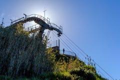 Manera de cable en la opinión de Madeira de una luz brillante hermosa La estación de tierra y la góndola en la manera abajo portu Fotos de archivo libres de regalías