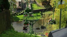 Manera de cable sobre el río, cabina de descenso ascendente de los turistas de la gente almacen de video