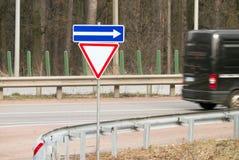 Manera de Giwe de la señal de tráfico en el bosque Fotos de archivo