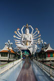 Manera de la caminata a buddha blanco gigante Imagenes de archivo