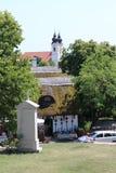 Manera de la cruz por la abadía de Tihany en el morón de la península de Tihany, Balaton Imagen de archivo libre de regalías