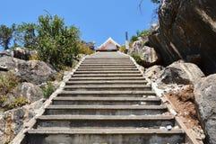 Manera de la escalera al templo en la montaña Imágenes de archivo libres de regalías