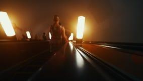 Manera de la escalera móvil abajo en metro Fotografía de archivo libre de regalías
