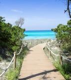Manera de la playa a la playa Formentera del paraíso de Illetas Foto de archivo libre de regalías