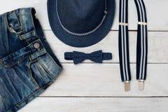 manera de los cabritos Ropa y accesorios del azul para el muchacho Fotos de archivo libres de regalías